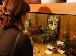 伊能忠敬が使ったと見られる方位盤や蓄音機、映写機など珍しい道具をたくさん展示。