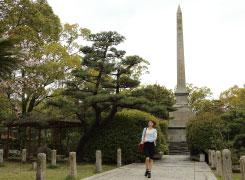 「児島ジーンズストリート」の西端に「野崎の記念碑」がそびえる緑豊かな公園があります。