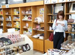ママカリやきびだんごなど岡山県を代表する土産物のほか、近県の銘菓なども揃いますよ。