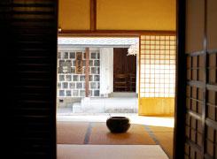 蔵や格子窓のある下津井の町並みには、かつて北前船で栄えた頃の名残が感じられます。