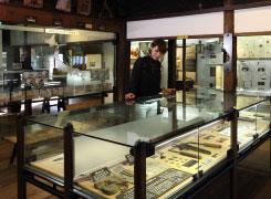 江戸時代の生活道具や雑貨が所狭しと並べられています。