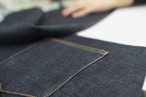 """国産ジーンズを日本で初めてつくった児島。半世紀にわたる研究開発の歴史と、日本人ならではの繊細な仕事が織りなす""""Made in Kojima""""ジーンズは、トップクラスの品質を誇る。"""